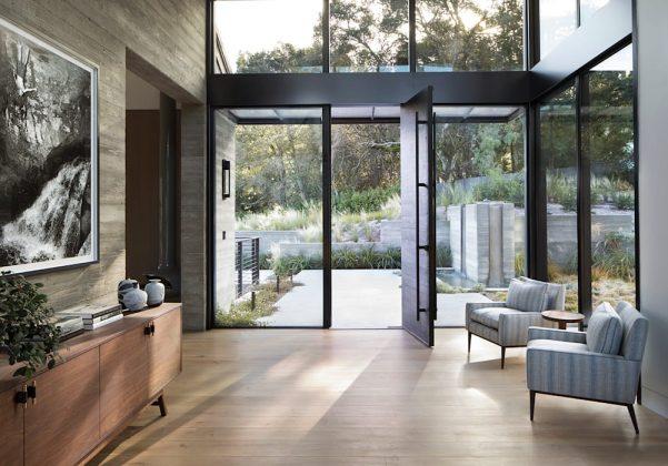Как насчет обилия солнечного света и пышных видов на сад, проникающих через эти большие стеклянные двери и окна