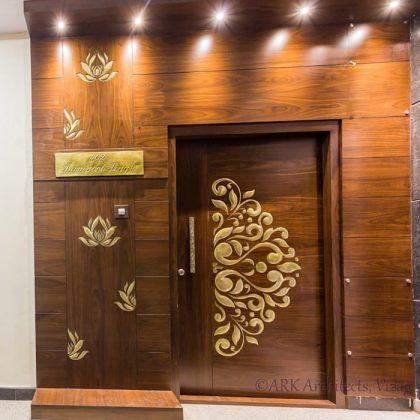 Главная дверь с шарнирным дизайном