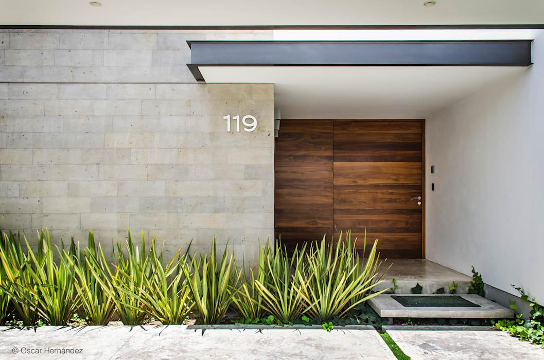 Темное дерево становится еще более привлекательным в сочетании со светлыми нейтральными цветами (и материалами) для этого современного фасада