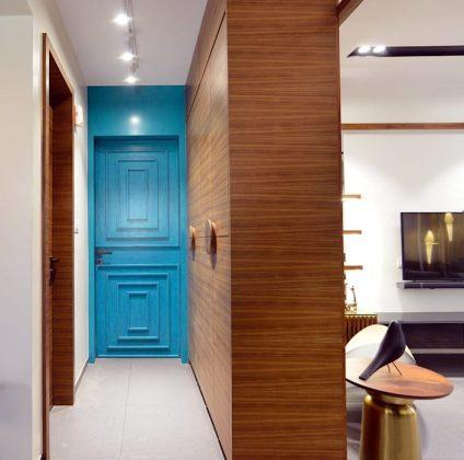 Сверкающая синяя дверь