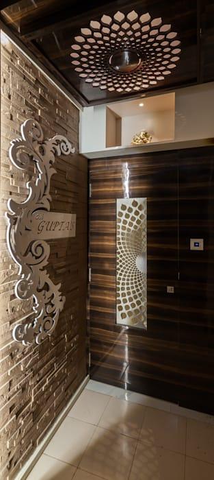 Металл на деревянной двери