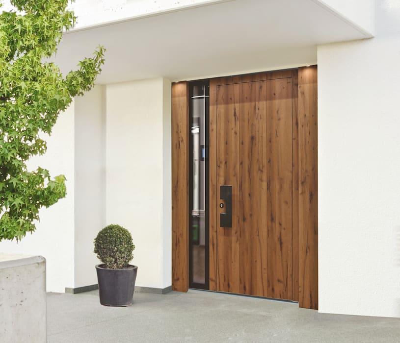Тонкая стеклянная прорезь добавляет солнечного света этой деревянной входной двери