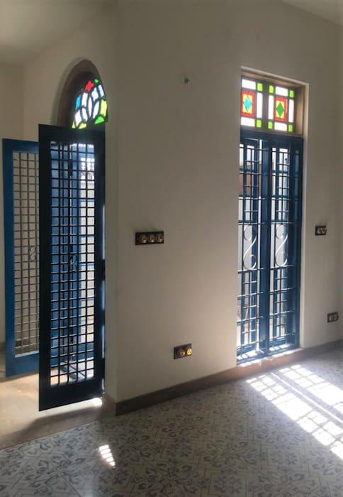 Двери жалюзи в сетчатом стиле