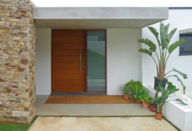 Нам нравится, как дерево, камень и листва создают у этого парадного входа свежее тропическое ощущение