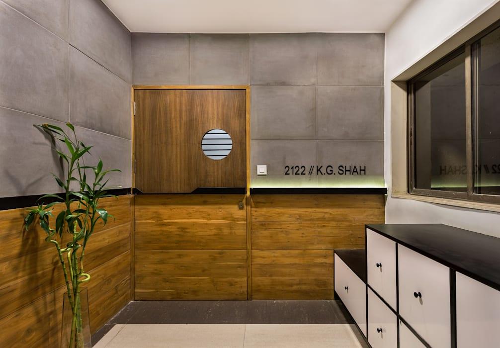 Современная дверь из дерева двух разных оттенков